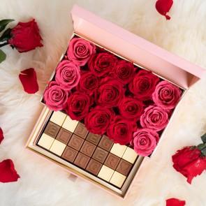 Roseæske med chokolade og røde og lyserøde evighedsroser